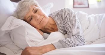 Dormir de lado ajuda no combate a doenças como o Alzheimer