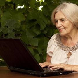 mulher de meia idade aprendendo a usar a internet