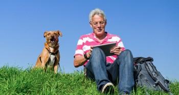 pessoa mais velha usando as tecnologias para se comunicar com familiares