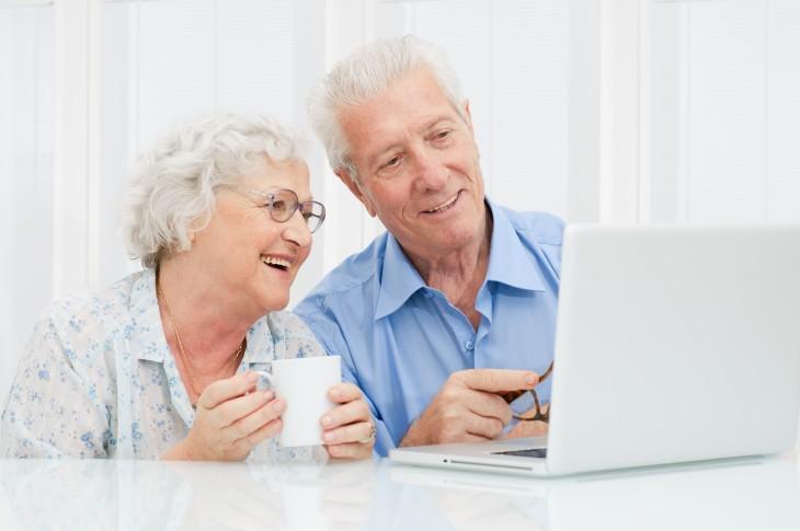 Casal de idosos aprendendo a usar a internet