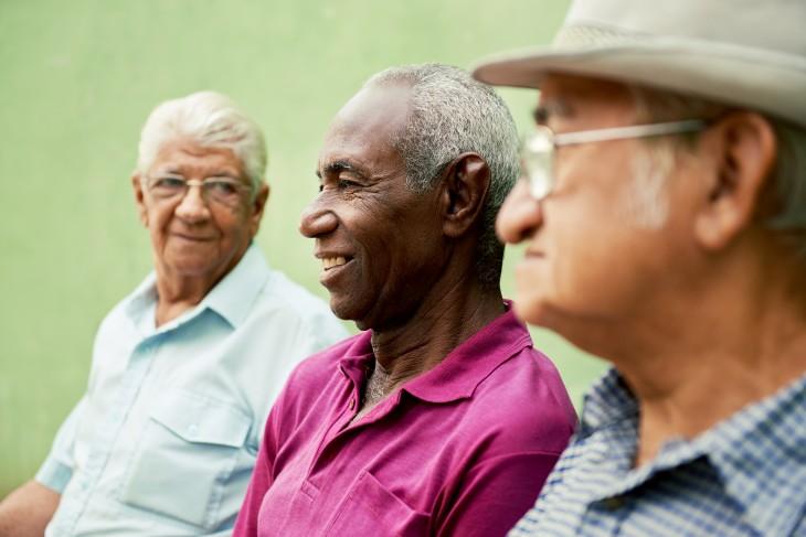 Três idosos sentados lado a lado que possuem outras doenças com sintomas semelhantes aos do Alzheimer
