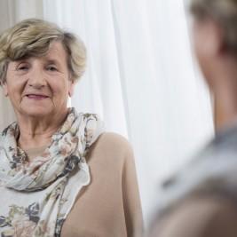Delírios causados pelo Alzheimer: descubra a melhor forma de lidar com eles