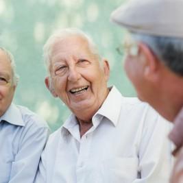 idosos sorrindo e conversando sobre novo composto que pode paralisar o Alzheimer